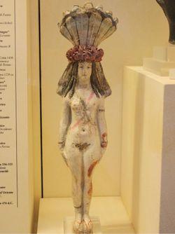 I flabelli sul capo di Iside in una statua al Museo Egizio di Torino