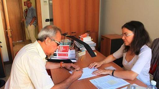 Una firma a Palazzo Barbieri per sostenere il referendum contro la «casta» FOTO MARCHIORI