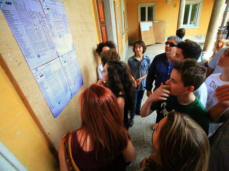Esposizione delle pagelle nel chiostro del Liceo Maffei