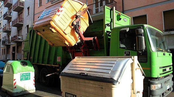 Lo svuotamento dei cassonetti da parte di un camion dell'Amia: un servizio che ci costa sempre più caro