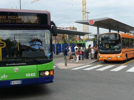 Autobus dell 39 atv sul piazzale della stazione foto marchiori - Distanza tra stazione porta nuova e arena di verona ...