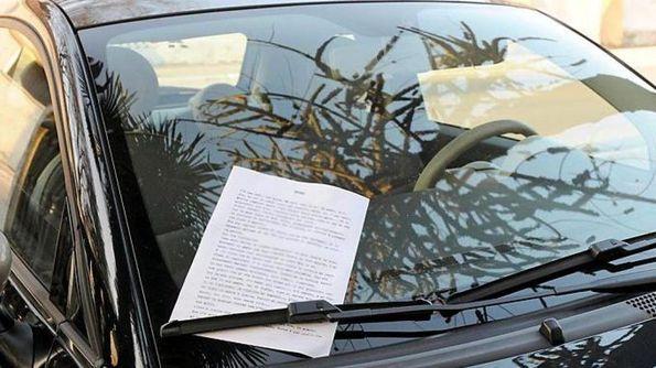 Uno dei volantini anonimi infilati sulle auto DIENNEFOTO