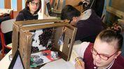 Gli studenti di terza media al lavoro per allestire la loro mostra