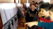 Gli studenti guardano le immagini in mostra nel loro istituto del fotografo Adriano Treccani FOTOAMATO